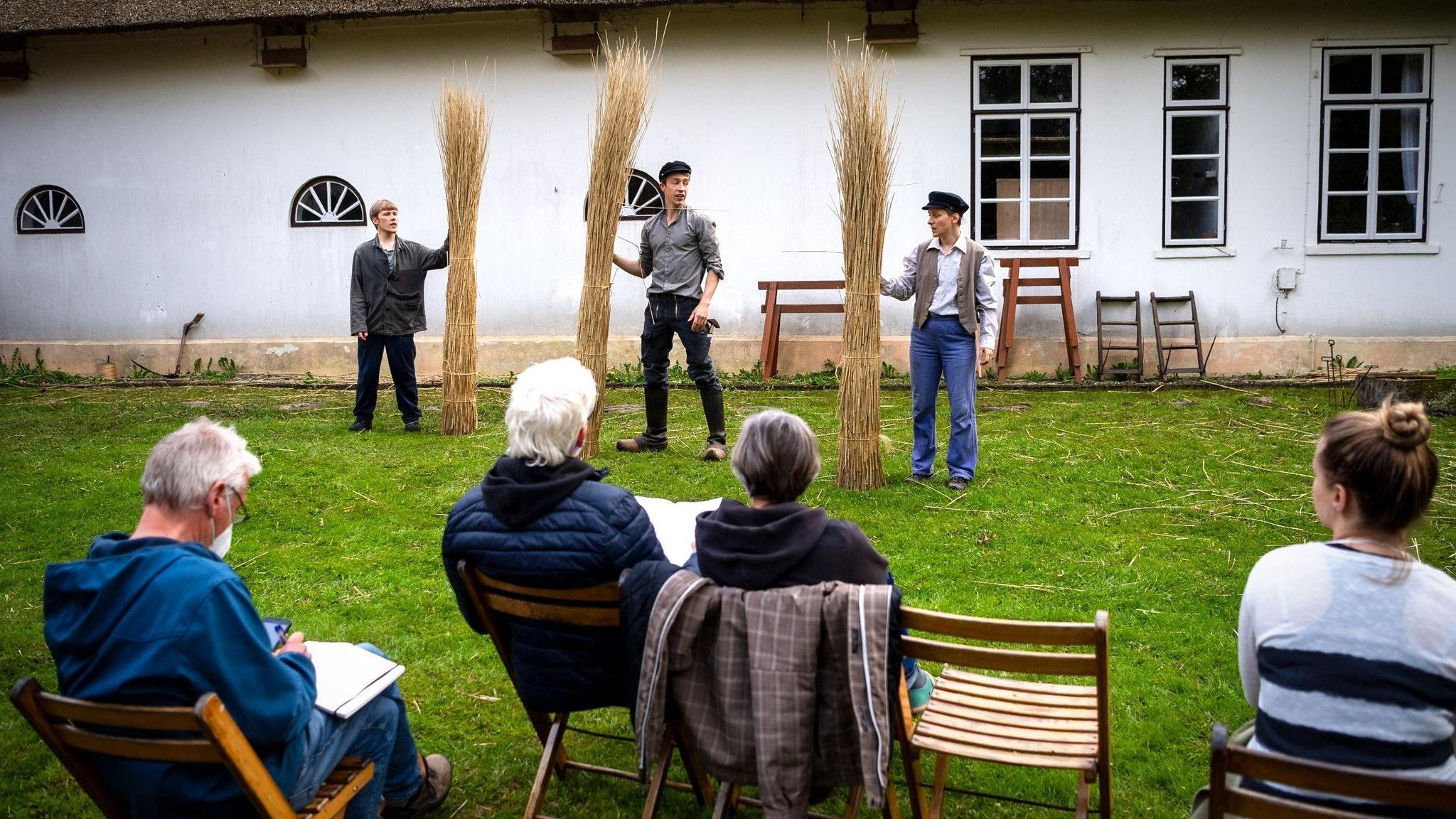 Die Theatergruppe «Das Letzte Kleinod» probt im Museumsgarten des Allmers-Hauses in Rechtenfleth.&nbsp; Foto: Sina Schuldt / dpa<br>