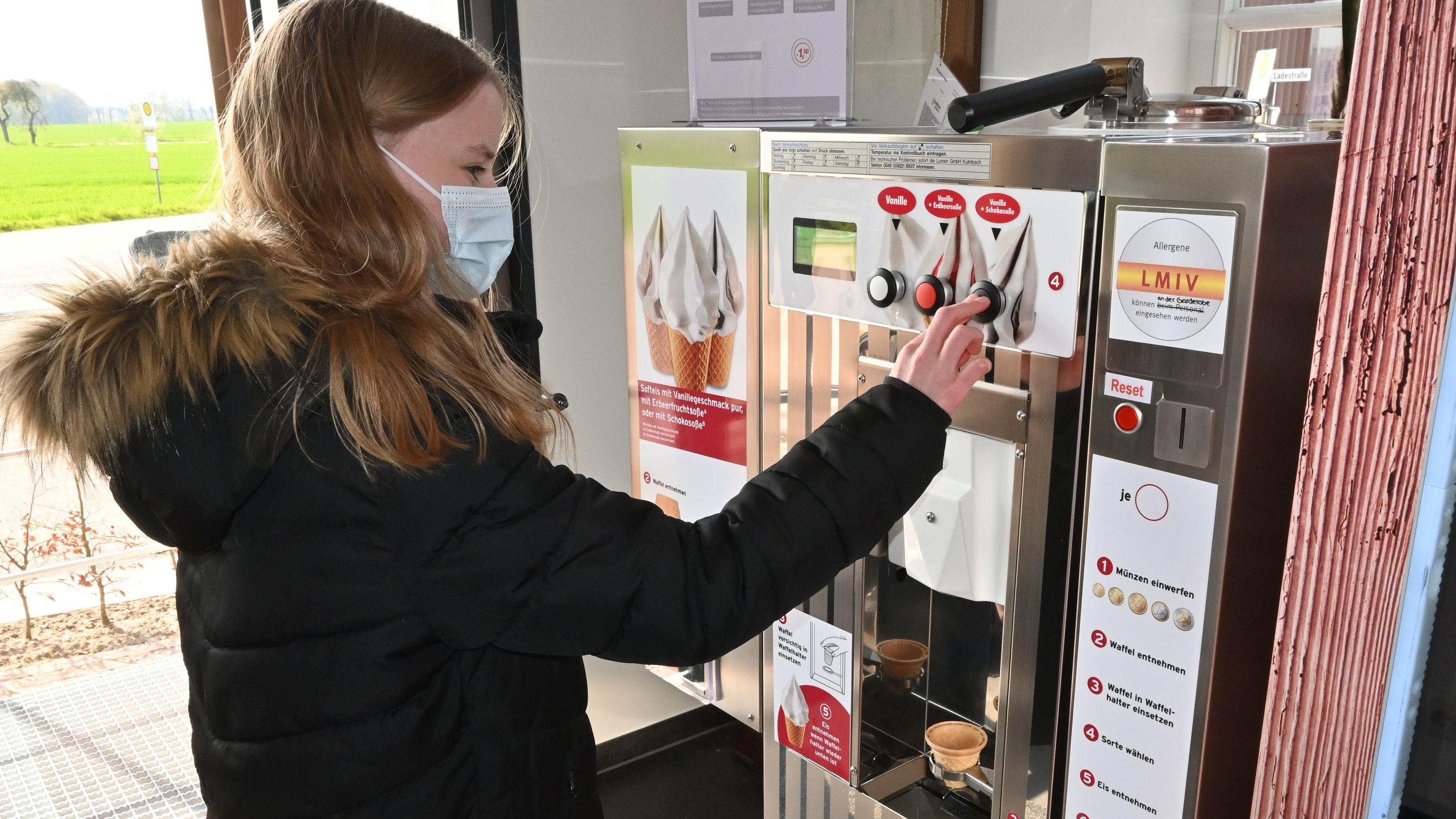 Mit Schokosauce: Josefine aus Halen testet den Softeisautomaten in Schwichteler. Foto: Thomas Vorwerk