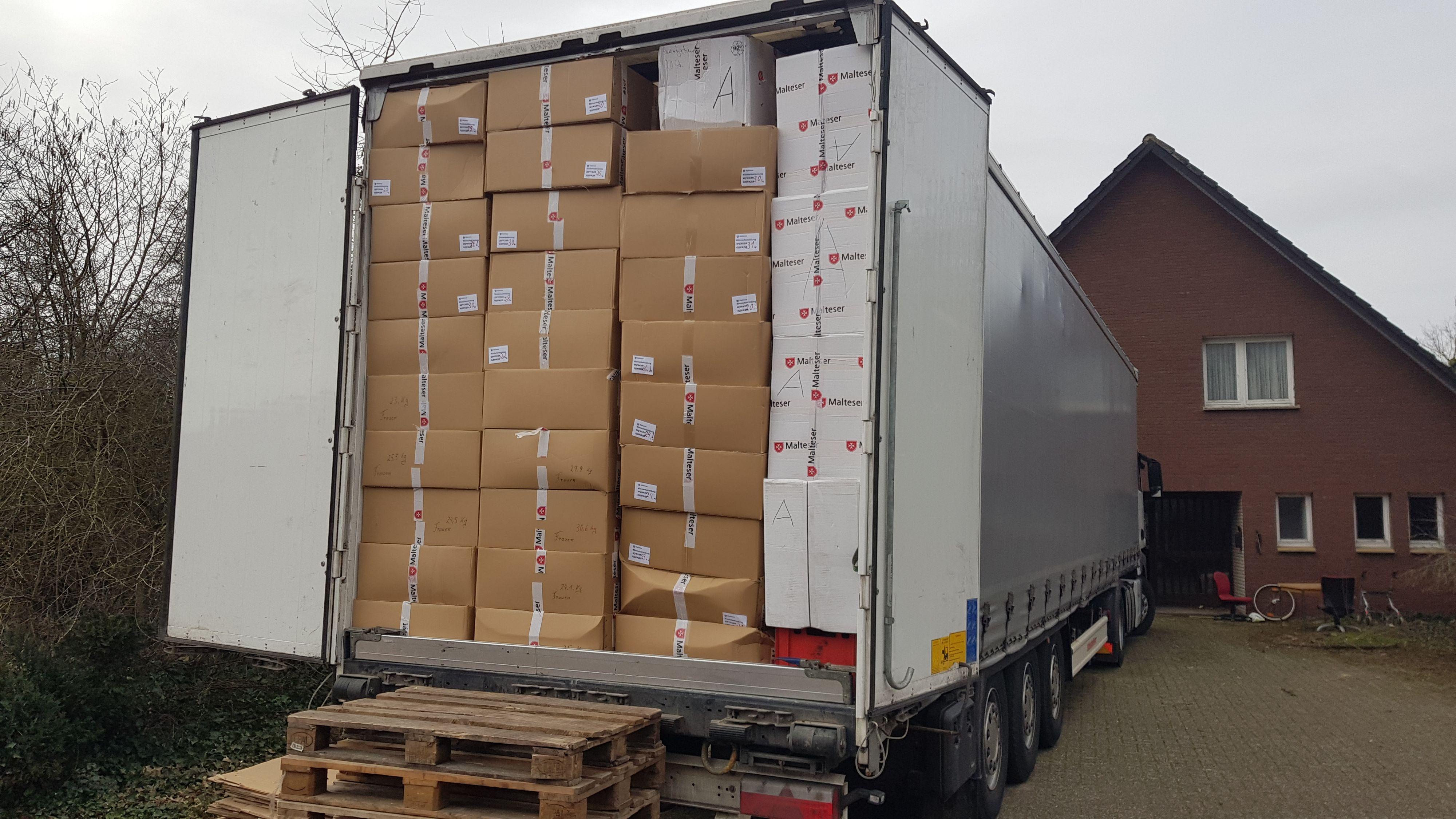 Wortwörtlich randvoll beladen war der Laster, der kürzlich die Hilfsgüter der Dinklager Malteser nach Weißrussland brachte. Foto: Malteser