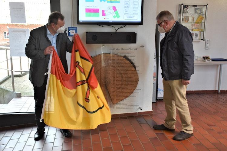 Enthüllten die Baumchronik: Bürgermeister Dr. Wolfgang Krug und Heimatverein-Vorsitzender Bernhard Echtermann. Foto: Böckmann