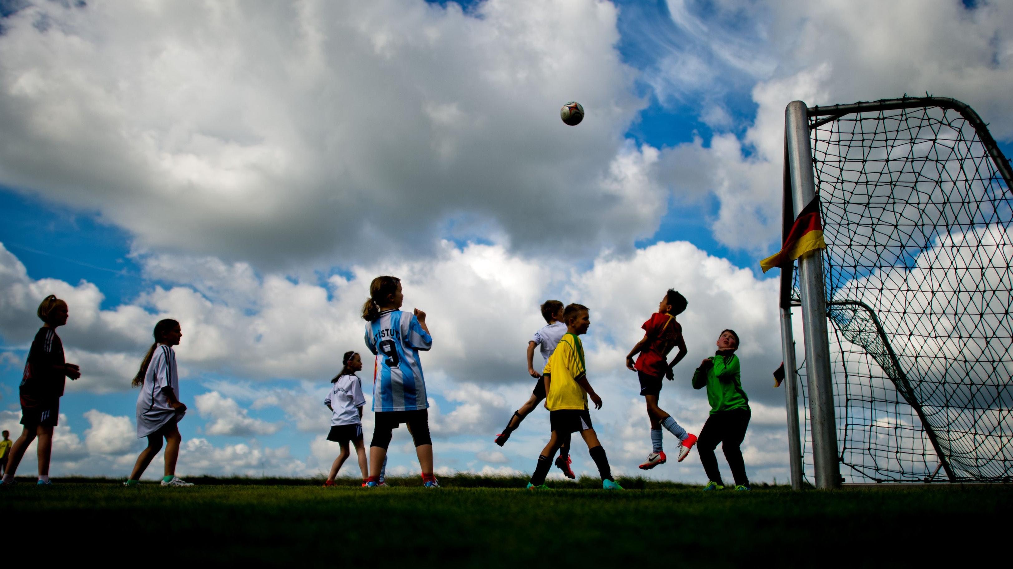 Trubel auf dem Fußballplatz: Das könnte bald auch für Erwachsene wieder möglich sein. Foto: dpa/Stratenschulte