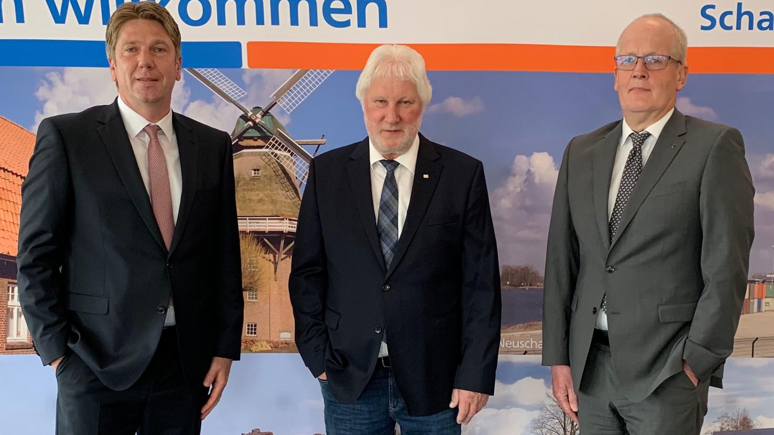 Laden zur ersten digitalen Generalversammlung ein: Die Bankvorstände Guido Reiners (links) und Walter Bockhorst (rechts) sowie der Aufsichtsratsvorsitzende Heinrich Tellmann. Sie hoffen auf viele Anmeldungen der Mitglieder. Foto: Hellmann