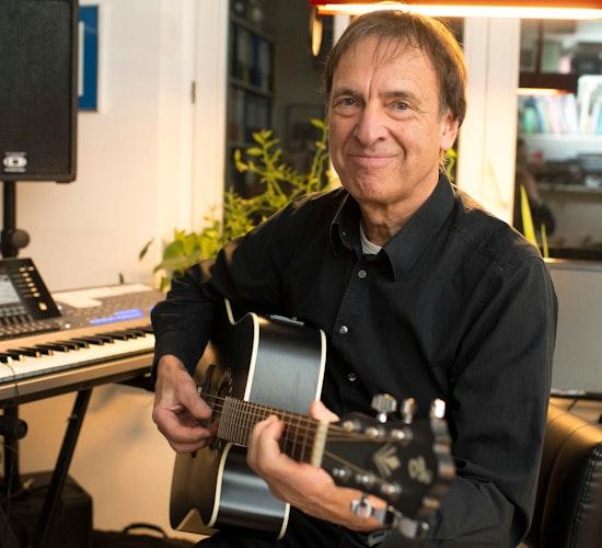 Tausende Stunden: Gerd Weißer hat seine Songs selbst komponiert, eingespielt und gemischt. Ich lerne immer dazu, sagt er. Foto: Chowanietz