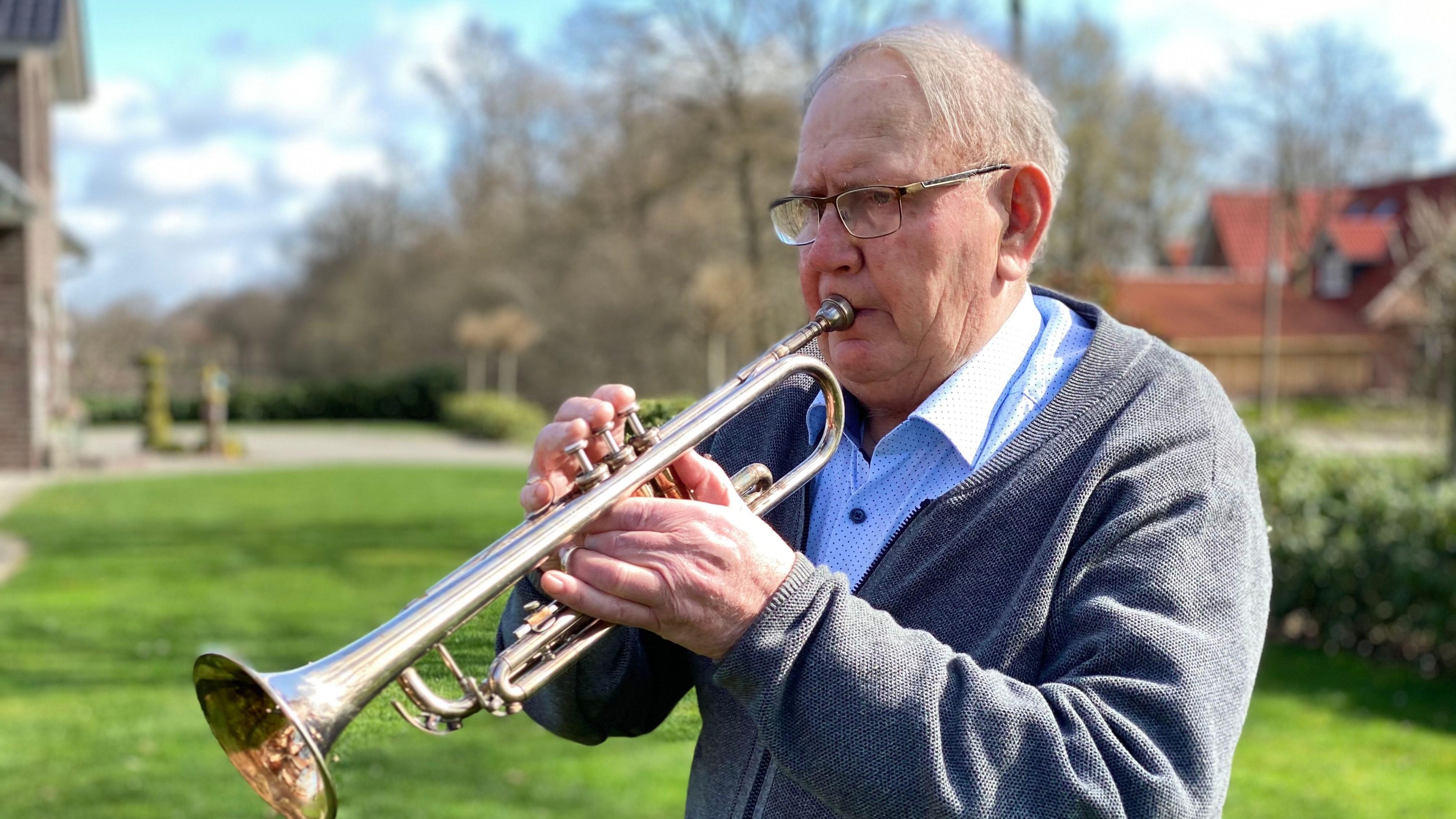 Ein Geburtstagsständchen für den Nachbarn spielt Hans Steenken aktuell nur an der frischen Luft. Foto: Högemann