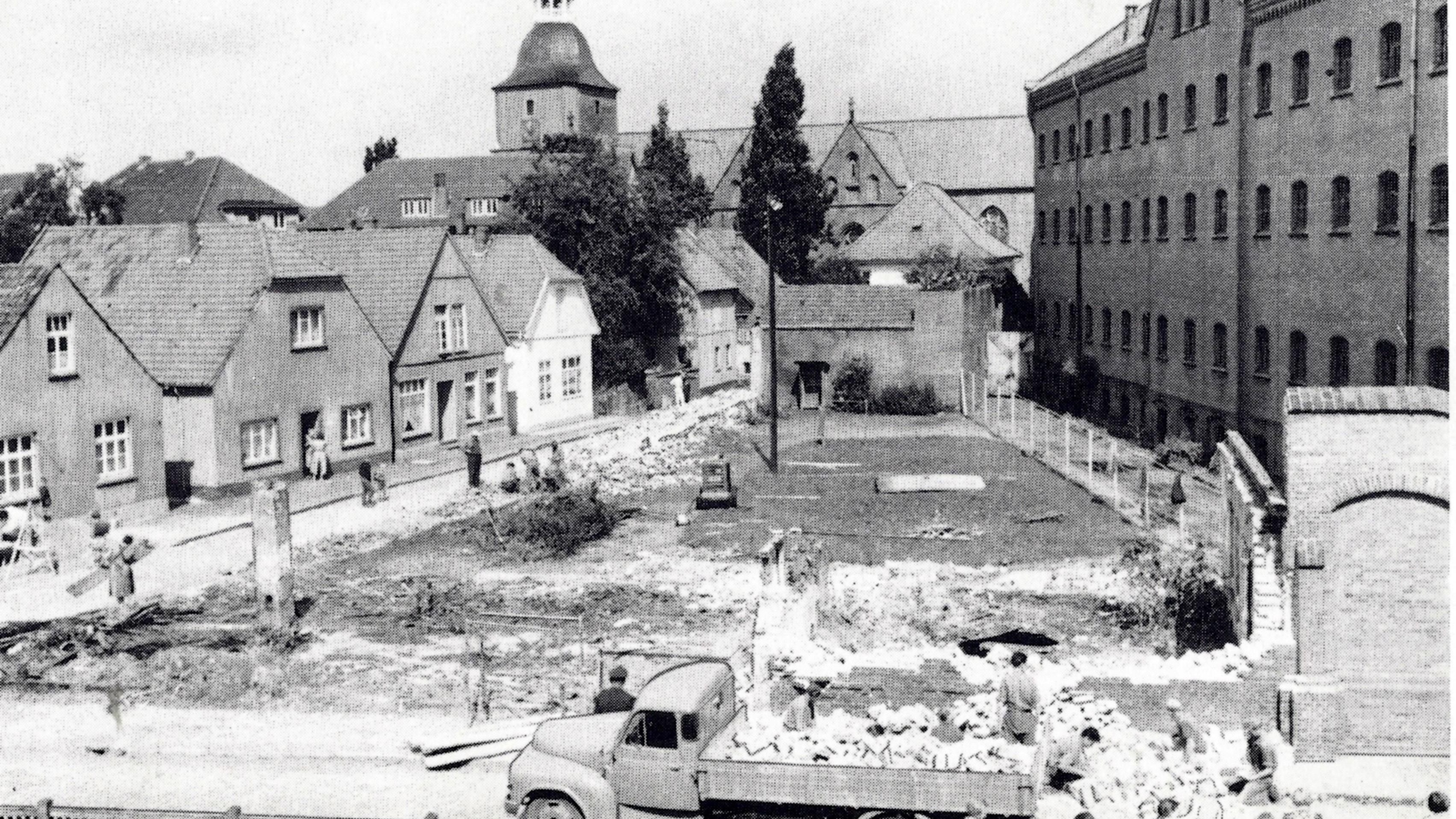 Ein Blick auf das Vechtaer Gefängnis im Jahr 1957: Rechts der Westflügel, vor dem in diesem Jahr die neue Außenmauer errichtet wurde. Foto: Buch Alt-Vechta