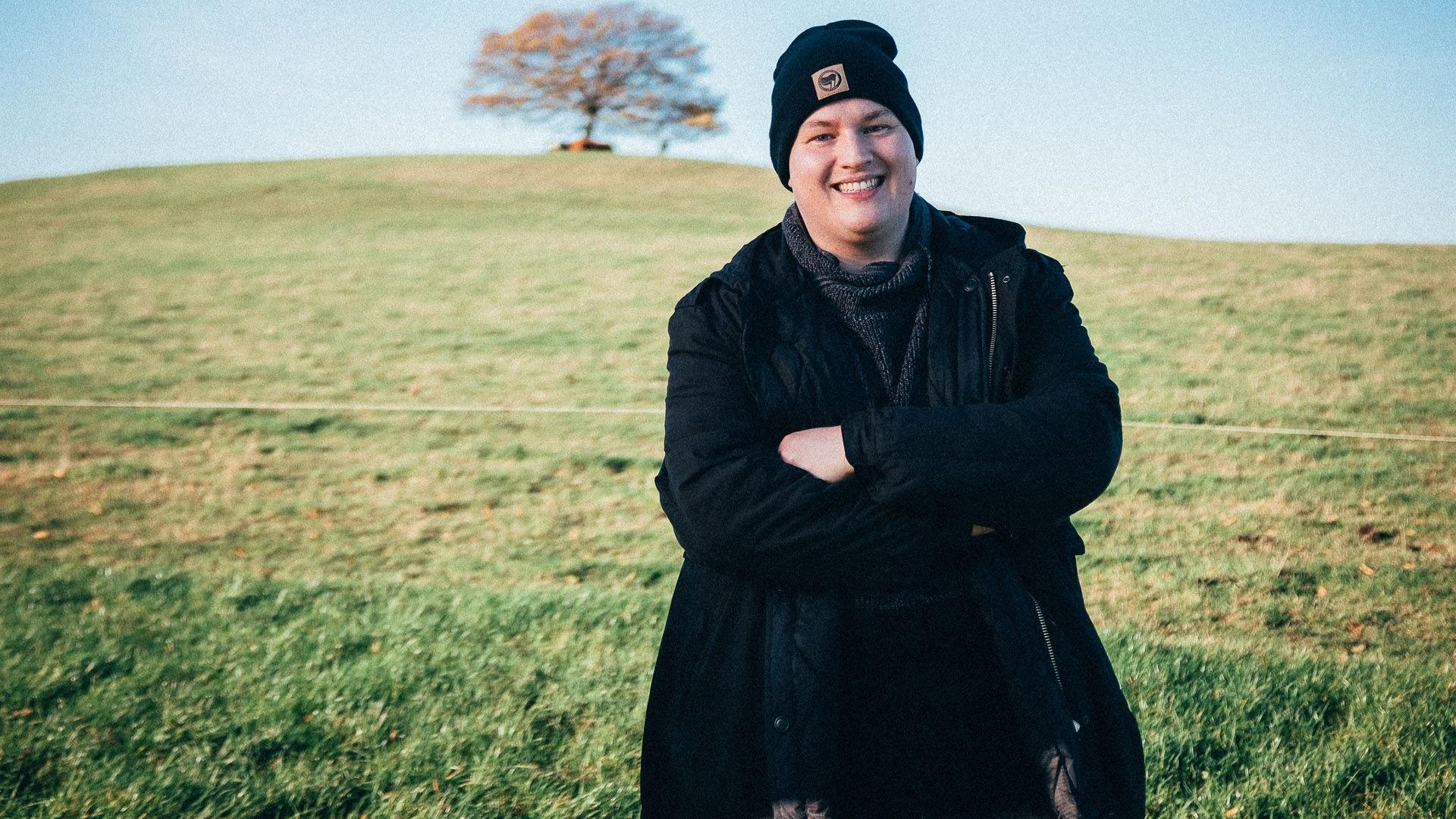 """Endlich wieder auf Tour: MusikerSteffen Neumeister alias """"Grundhass"""" eröffnet das Veranstaltungsprogramm des Jugendkulturvereins Oldenburger Münsterland. Das Konzert findet unter freiem Himmel am Gulfhaus statt. Foto. Flo Ehlich"""