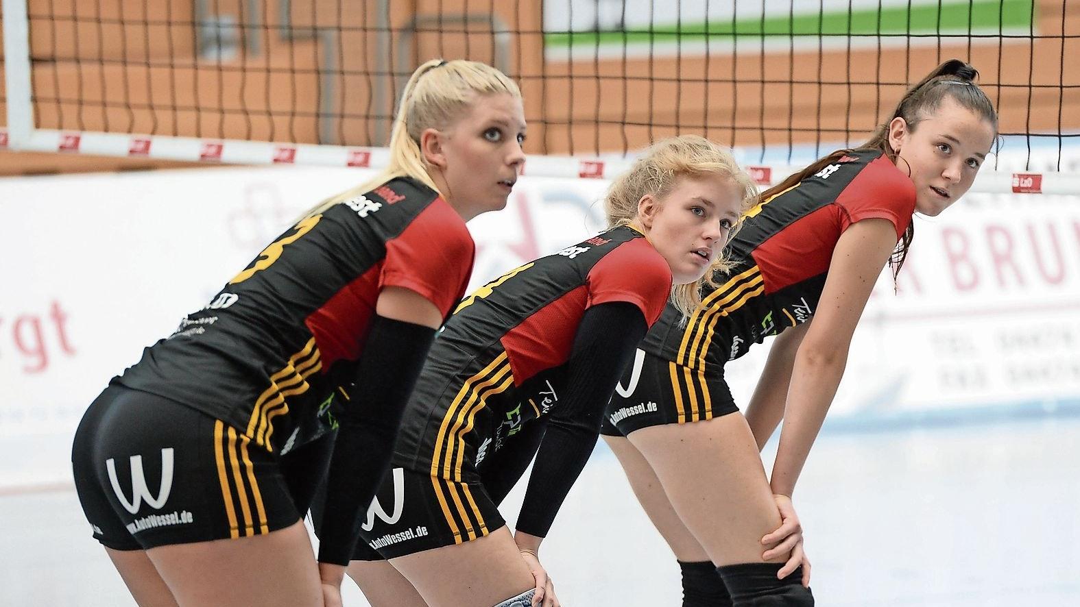 """Ob das wohl was wird? Die TVC-Volleyballfrauen, hier mit (von links) Lisa Lammers, Jule Lampe und Polina Bizhko, hoffen auf eine """"normale"""" Saison 2021/2022. Foto: Langosch"""