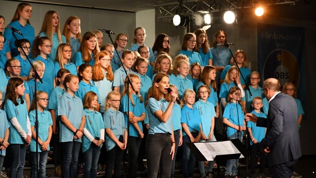 Der Leiter und der Kinderchor: Ab Freitag treffen sich die rund 140 Sänger mit Leiter Sebastian Speckmann wieder zu den Proben. Archivfoto: Musikschule Romberg