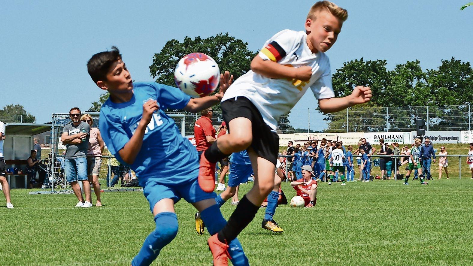 Endlich wieder kicken: Die jungen Fußballer hoffen auf baldige Rückkehr auf den grünen Rasen. Im Freien droht eine wesentlich geringere Ansteckungsgefahr als in geschlossenen Räumen. Foto: Bettenstaedt