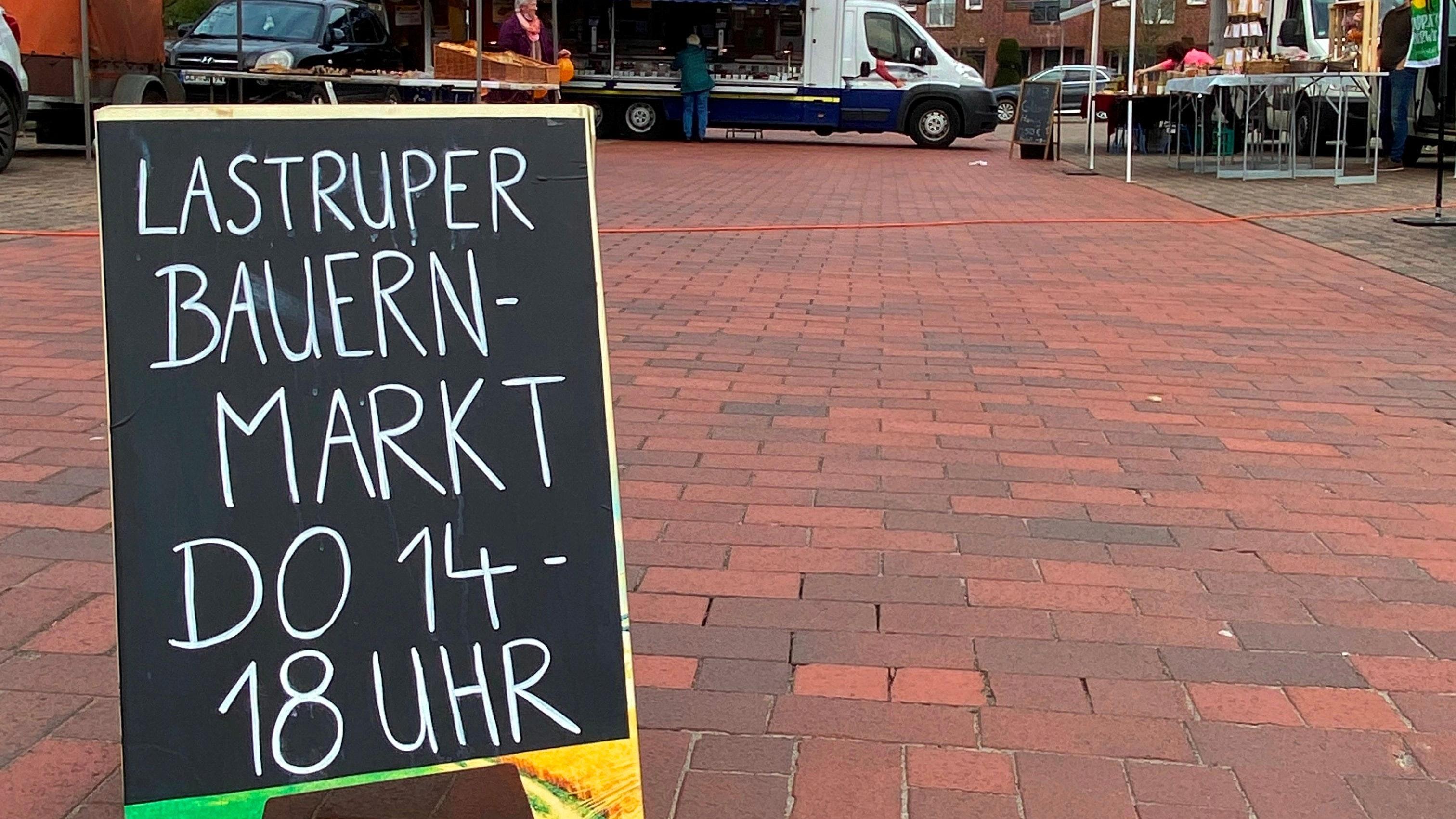 Kunden dürfen kommen: Der Bauernmarkt geht in sein zweites Jahr. Foto: Verena Rammler