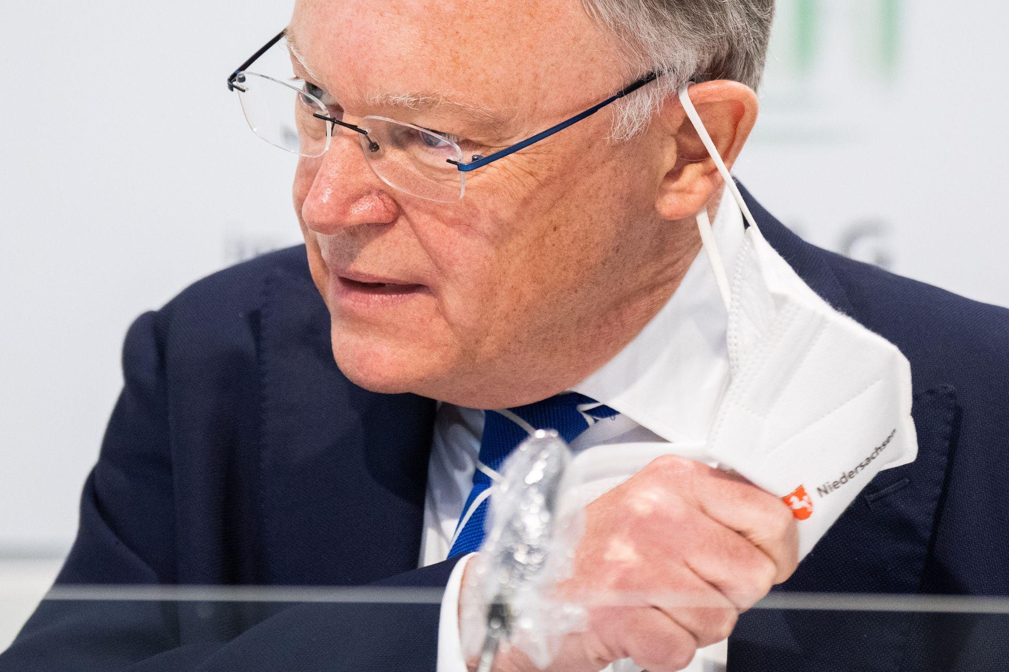 Niedersachsens Ministerpräsident Stephan Weil (SPD) kündigt Lockerungen an. Foto: dpa/Stratenschulte