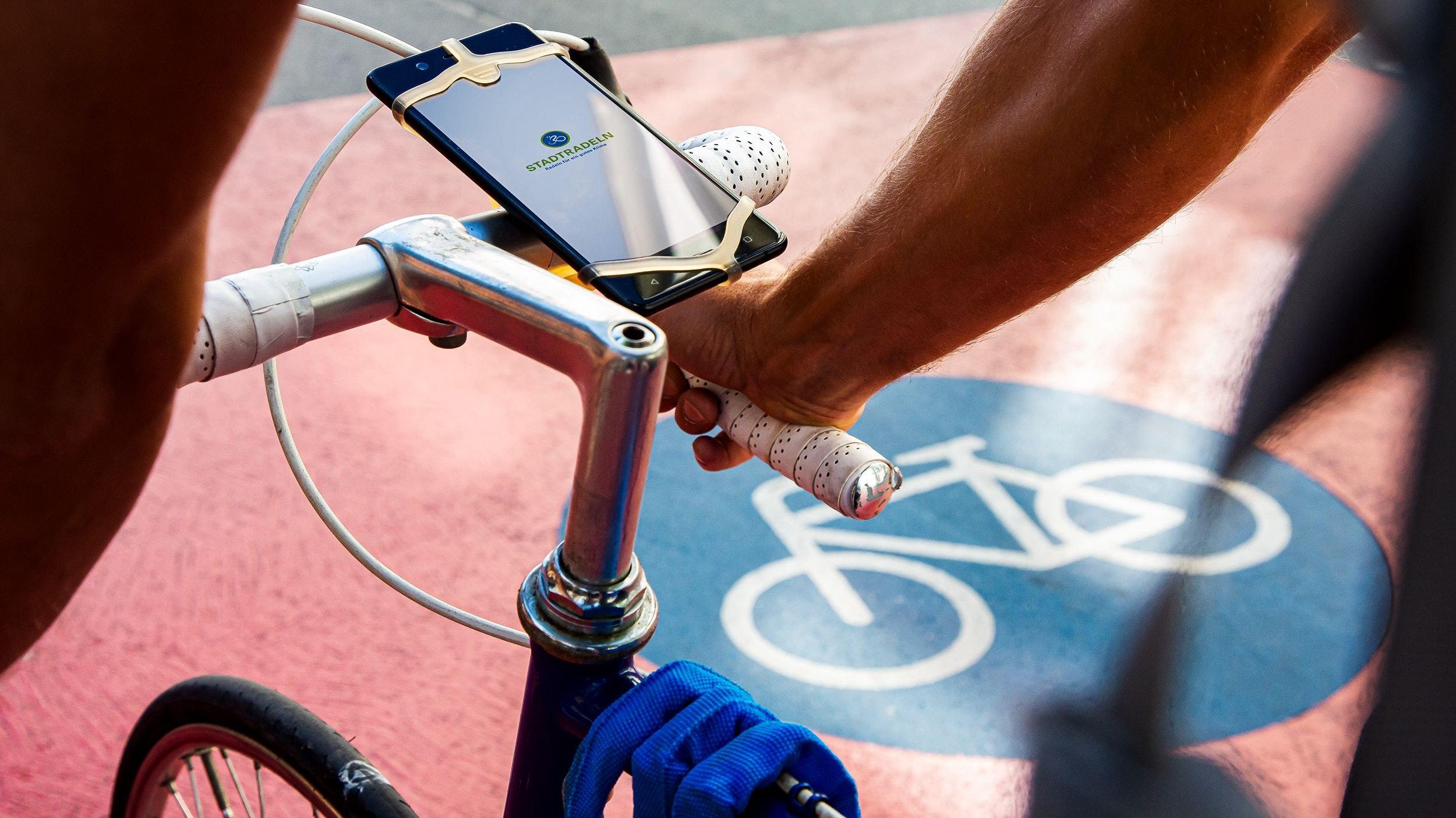Stadtradeln ganz modern: Freunde der digitalen Welt können per Smartphone-App an der Klimaschutzaktion teilnehmen. Foto: Klima-Bündnis/Nickel