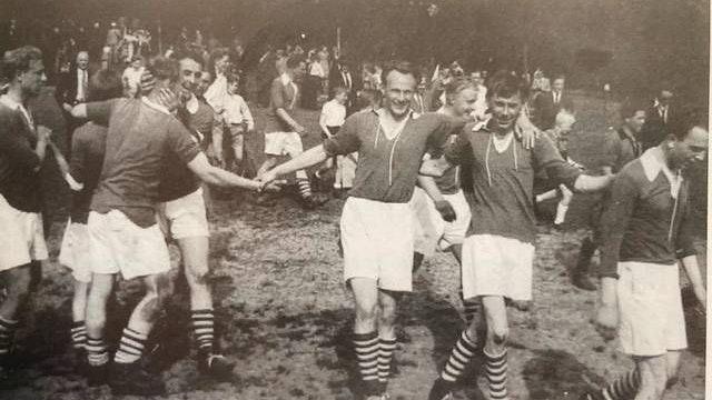 Riesiger Erfolg: Im Juni 1955 sicherte sich das Männerteam des BV Bühren den Kreismeistertitel. Im Finale gegen Viktoria Reekenfeld gewannen die Bührener nach dem 1:1 im Hinspiel die entscheidende zweite Partie mit 2:1. Der Jubel war grenzenlos. Foto: BV Bühren