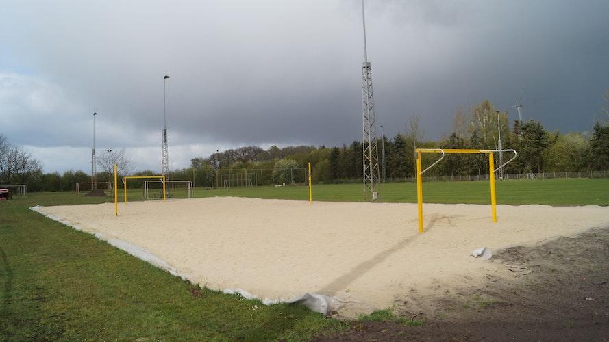 Fehlt nur noch das Netz: Die Beachanlage im Huntestadion ist seit einigen Wochen fertig. Foto: C. Meyer