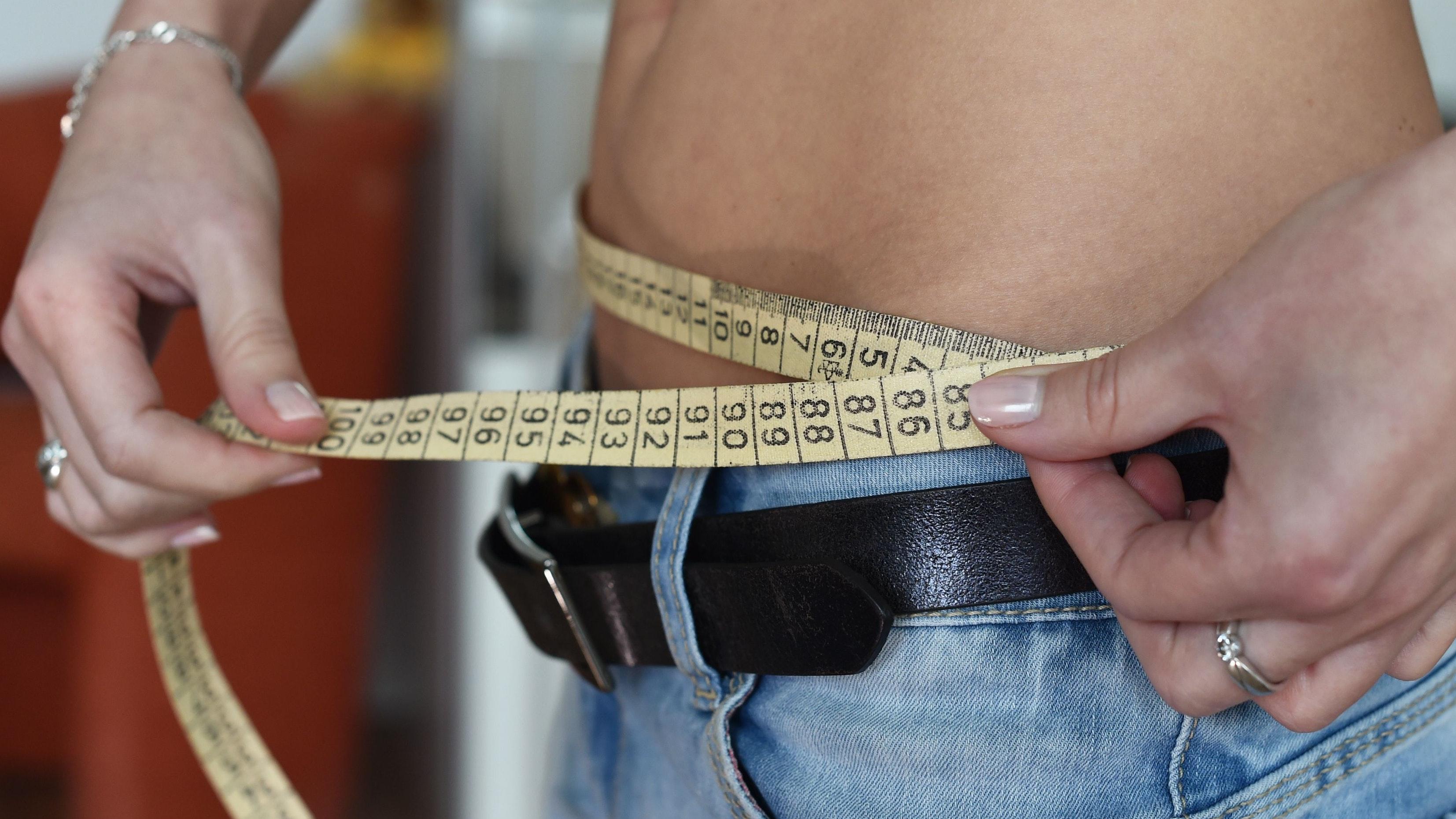 Gefährliches Schönheitsideal: Bei einer Magersucht wird das Thema Diät allgegenwärtig. Alles dreht sich um Kalorien, Essen und Gewicht. Symbolfoto: dpa/Kalaene