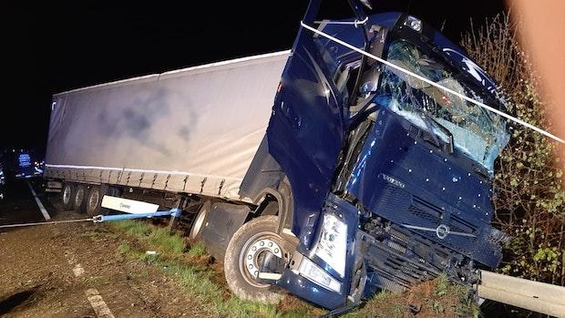 Schwerer Unfall mit vier Lastwagen auf der B213