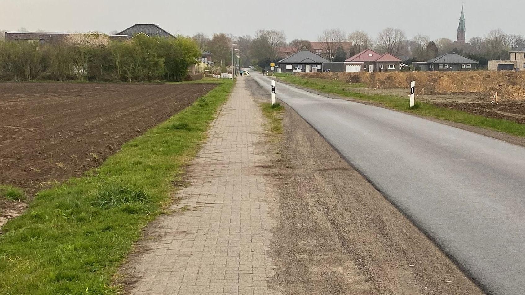 Weist hohe Schäden auf: Der Gehweg entlang des Erlter Esch wird erneuert und ausgebaut. Foto: Gemeinde Visbek/Kühling