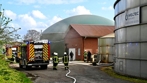 Feuerwehr löscht Brand in Maschinenhalle bei Biogasanlage