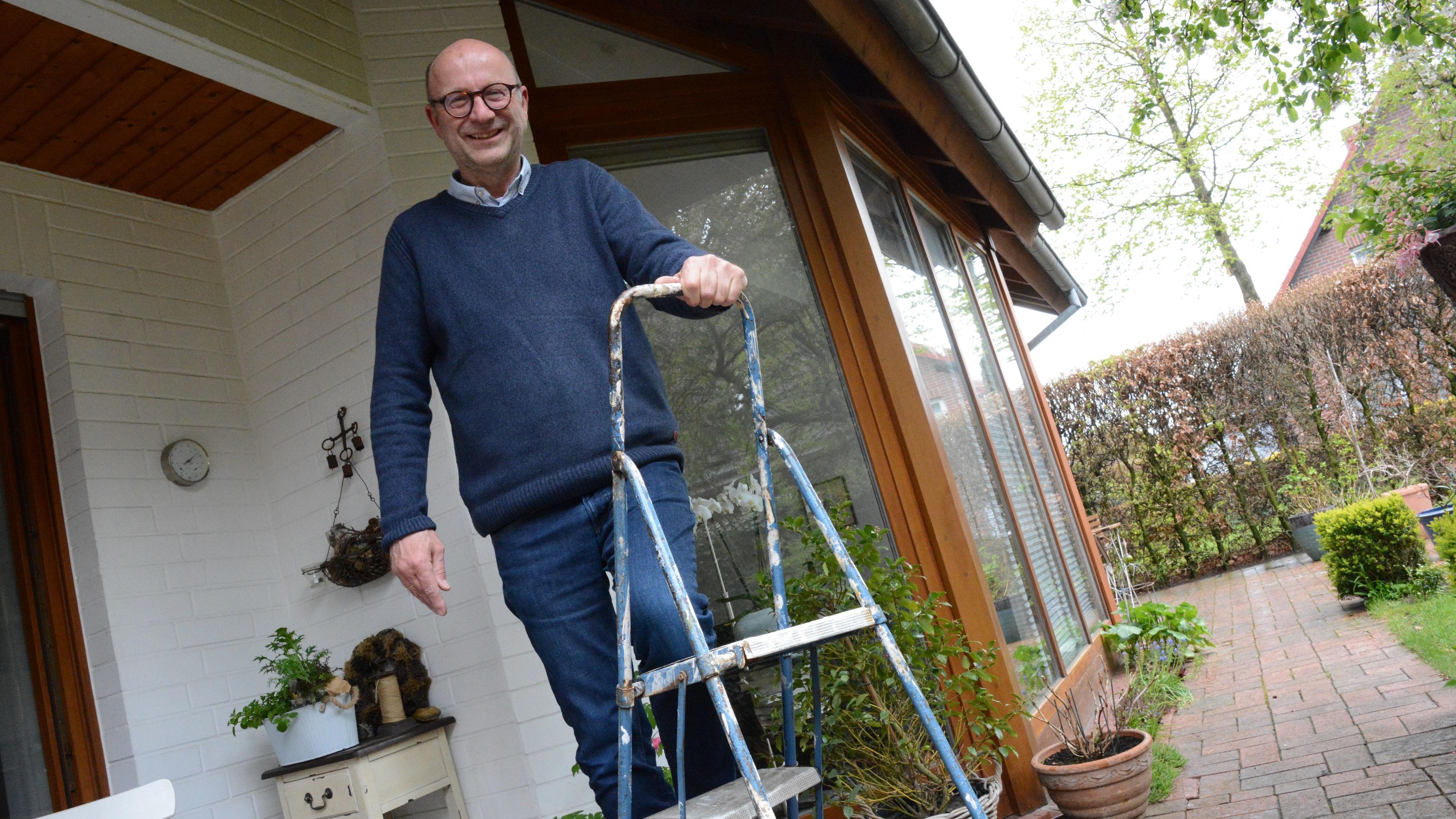 Bekleckst, aber unverwüstlich: Die alte Leiter nutzt Martin Feltes seit fast 35 Jahren. Foto: Kreke