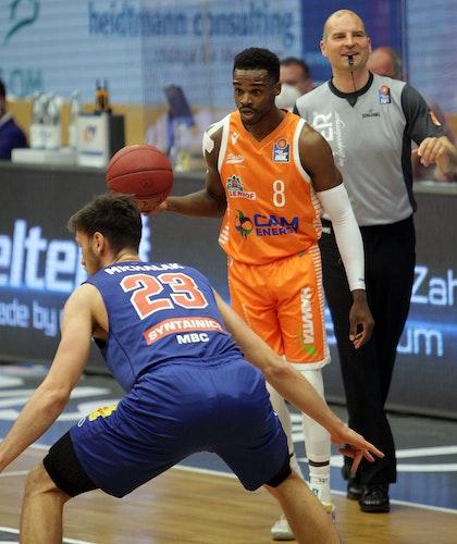 Duell der Scorer: Rastas Josh Young (rechts) gegen Michal Michalak. Foto: Schikora