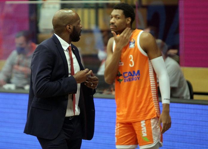 Trainer und Center: Derrick Allen mit ShaMarkus Kennedy. Foto: Schikora