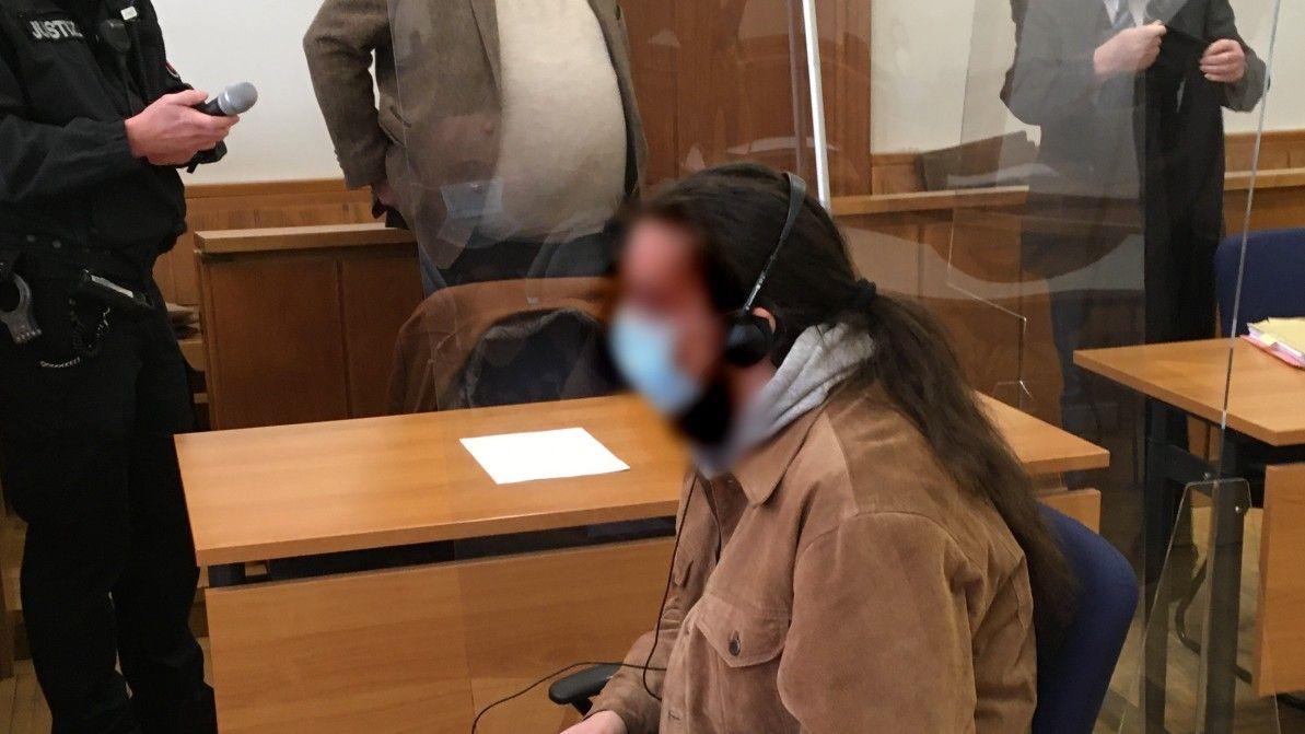 Der 27-jährige Angeklagte muss sich vor dem Oldenburger Landgericht verantworten. Foto: Franz-Josef Höffmann