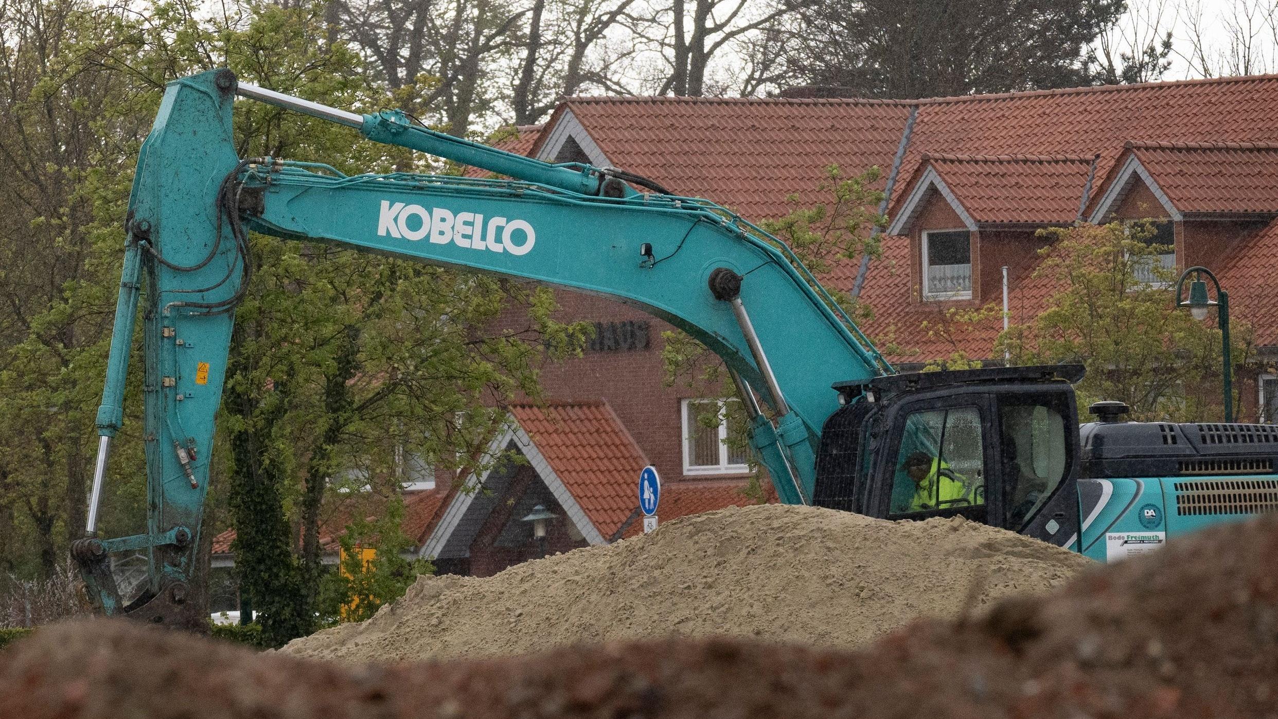 Alt und neu: Das Baufeld für das Rat- und Dorfgemeinschaftshaus ist hergerichtet. Foto: Thomas Vorwerk