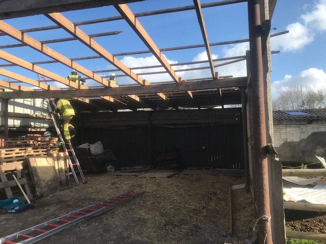 Freier Blick gen Himmel: Aktuell ist die Halle komplett offen. Ein neues Dach muss her. Foto: Prinz