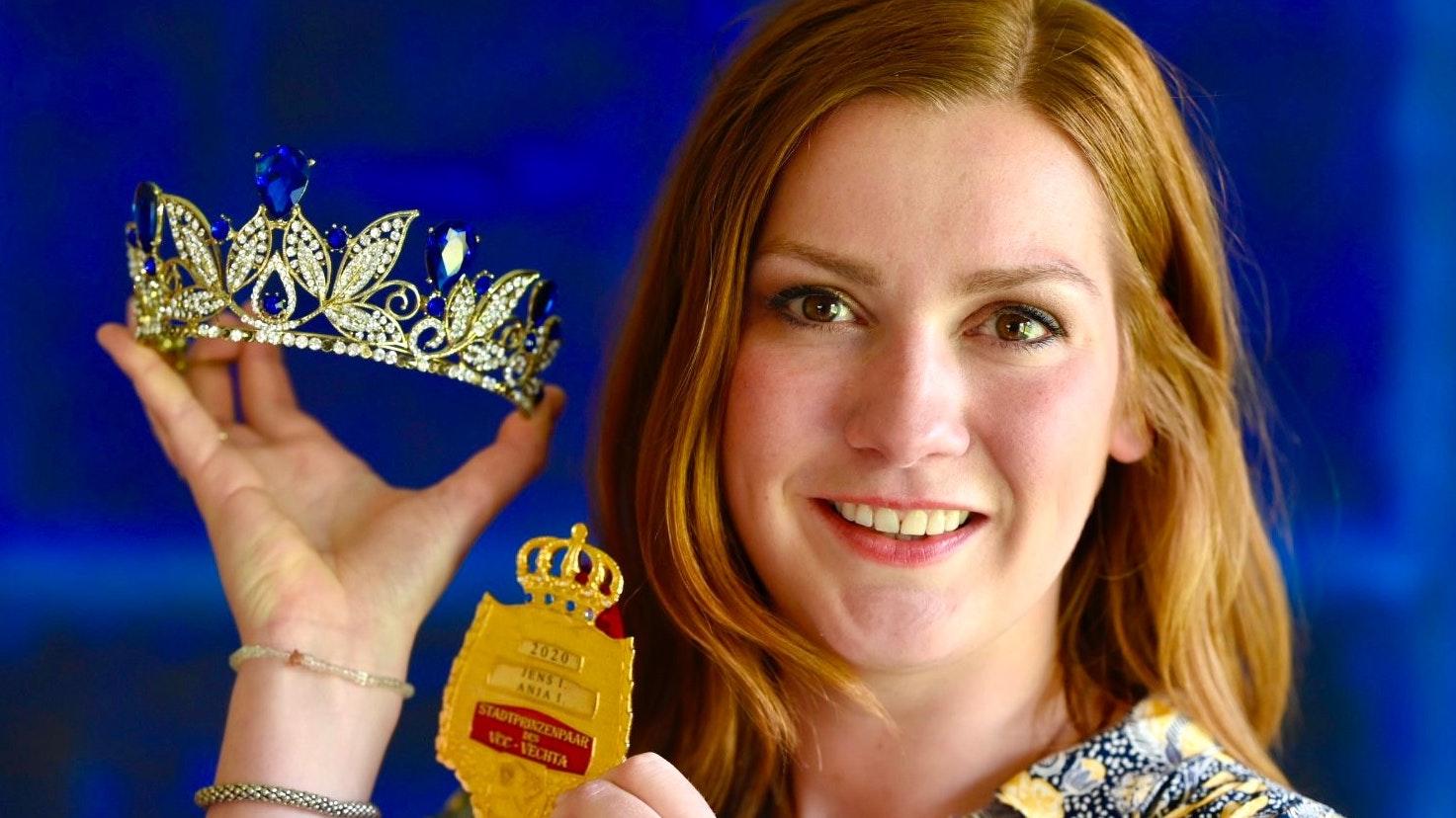 Die Insignien der Macht: Anja Muhle mit Krone und Orden. Foto: M. Niehues