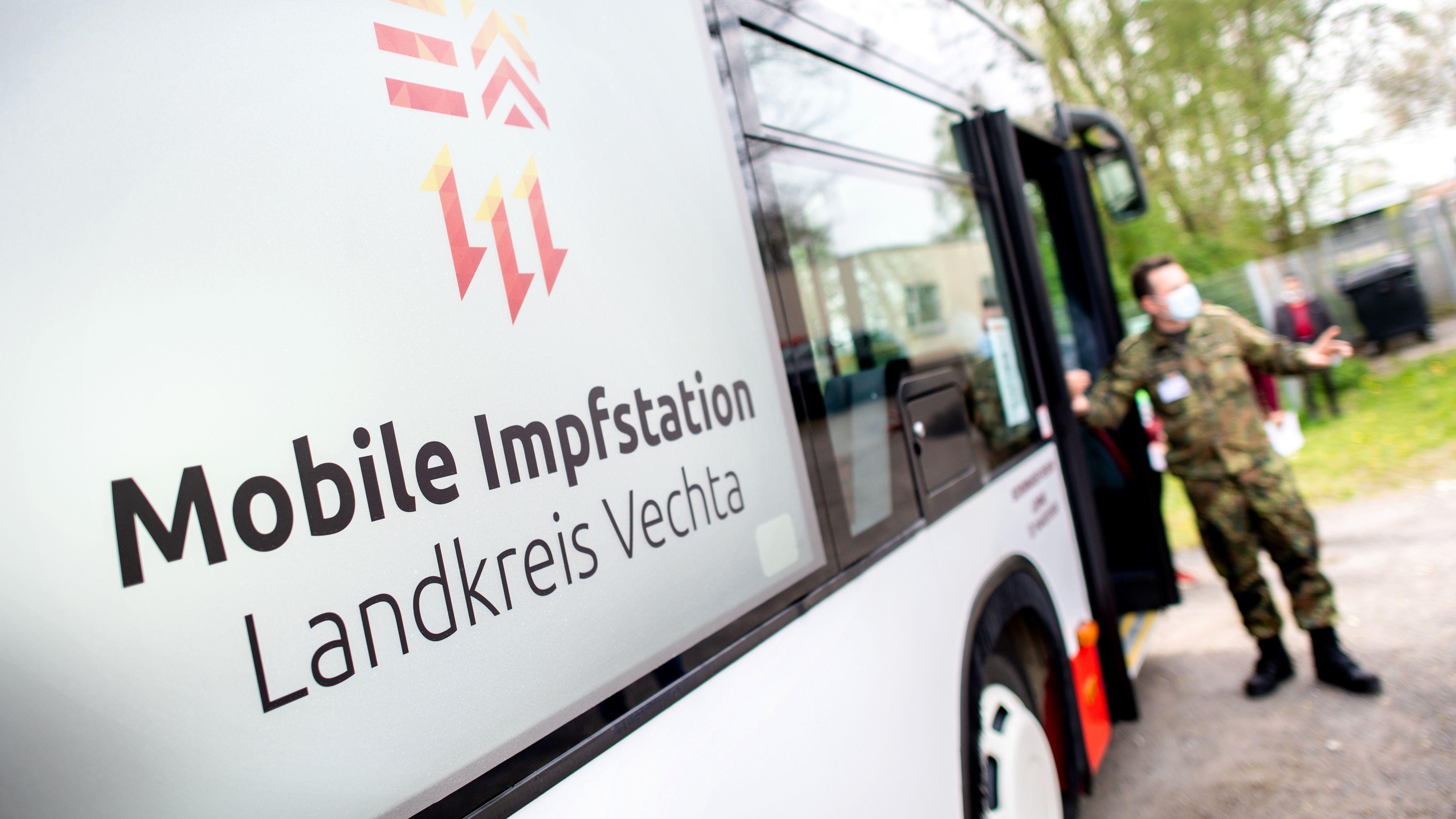 """""""Mobile Impfstation"""" seit Samstag im Einsatz: Mit dem Impfbus versucht der Landkreis Vechta Menschen in Gemeinschaftsunterkünften für eine Corona-Impfung zu gewinnen. Foto: dpa/Dittrich"""