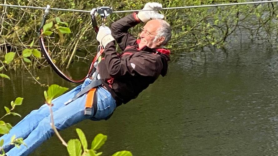 Spaß: Gut gesichert saust der Besucher aus Bremen über den See.