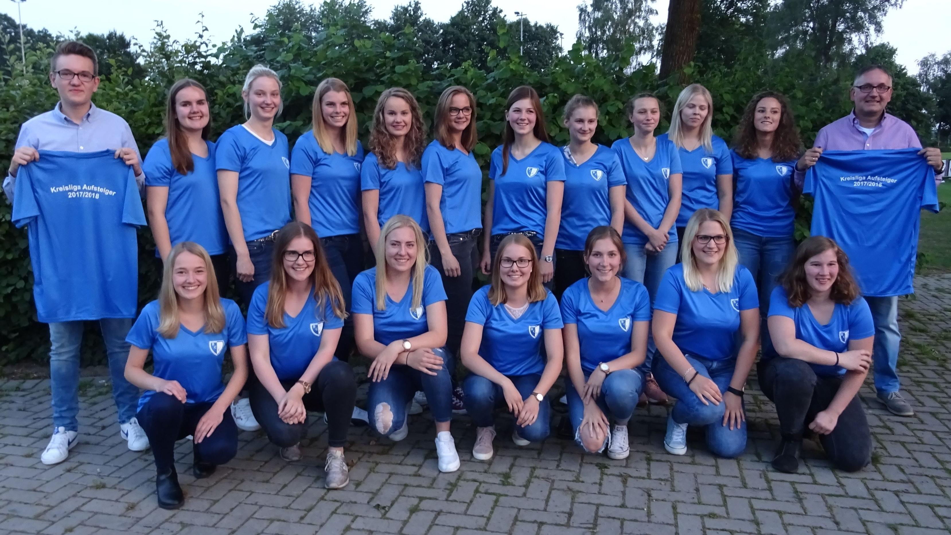 Wollen wieder auf den Fußballplatz: Das Damen-Team des BC Ermke (hier nach dem Aufstieg in die Kreisliga) sucht zur neuen Saison einen Trainer oder eine Trainerin. Foto: Landwehr