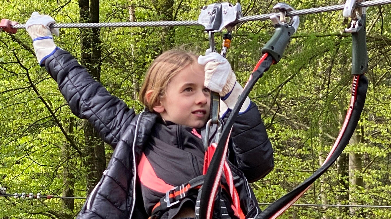 Konzentriert: Pia (8) aus Vechta kennt sich im Kletterwald aus. Fotos: Claudia Wimberg