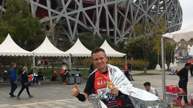 Geschafft: Karl Kicker vor dem Olympiastadion (Vogelnest) in Peking nach dem Peking-Marathon im Jahr 2019. Foto: Karl Kicker.