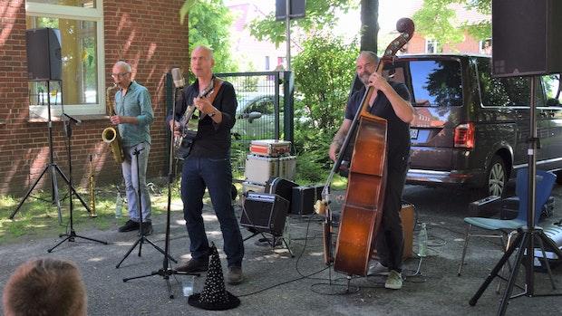 Liedermacher Oliver Steller tritt vor Grundschülern auf