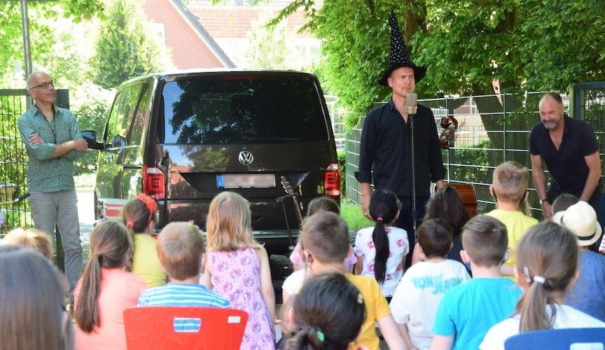 Auch ein Zaubertrick gehörte zur Show: 70 Kinder der Grundschule schauten gebannt zu. Foto: Hahn