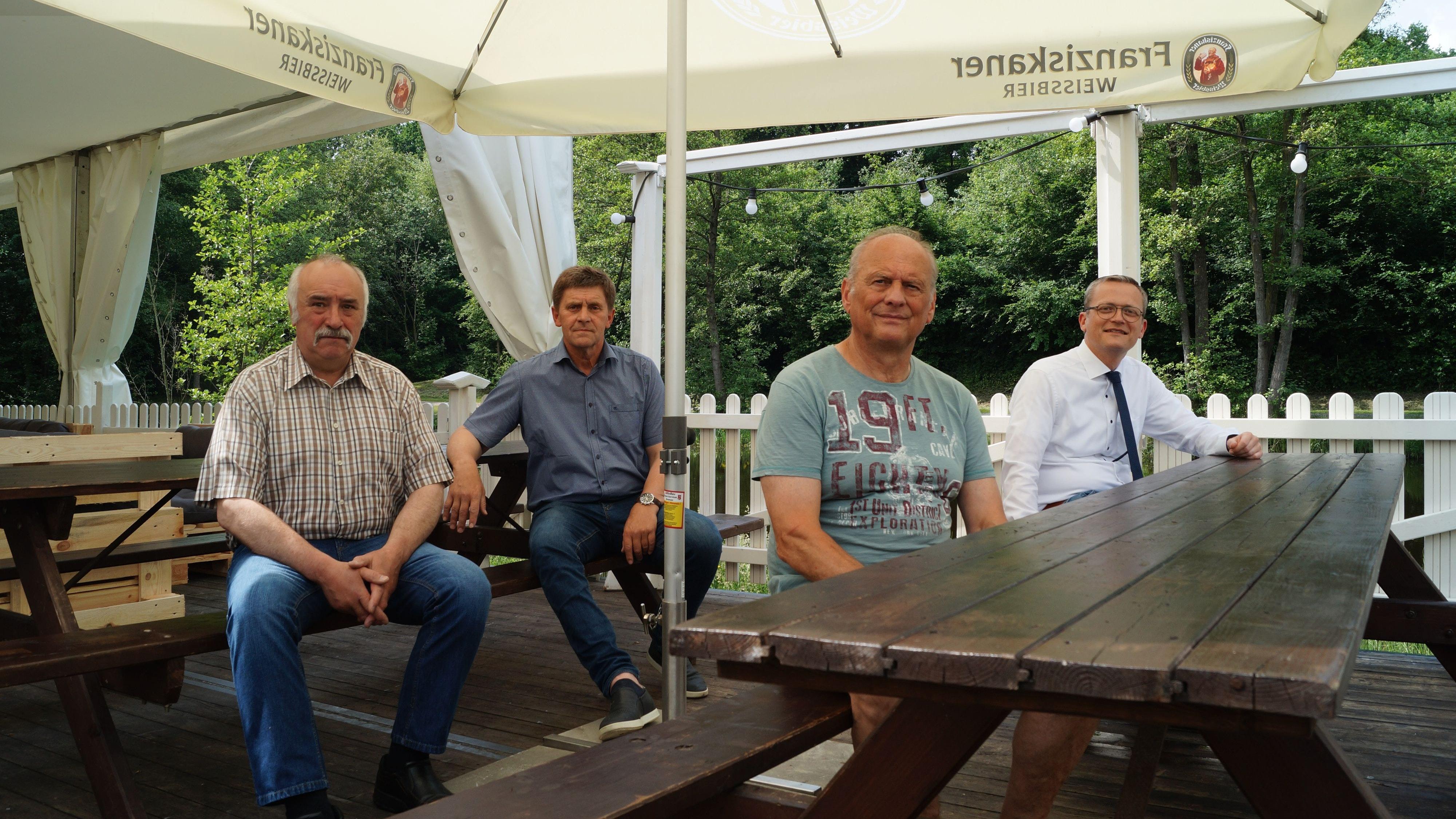 Nehmen schon einmal Platz: Marktmeister Clemens Berndmeyer (von links), Christoph Eiken (HGV Bakum), Wirt Gerhard Beckmann und Bürgermeister Tobias Averbeck. Foto: C. Meyer