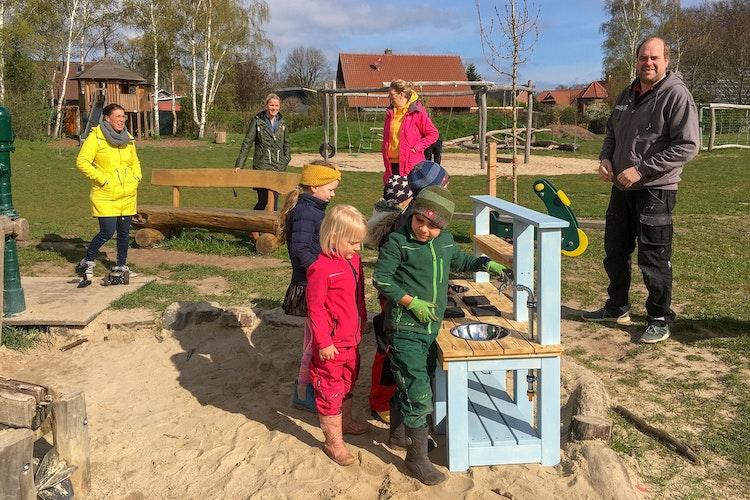 Der Naturspielplatz in Fladderlohausen lockt mit vielen Angeboten: Seit Kurzem steht dort auch eine von Tischler Jens Berens (rechts) gebaute Matschküche. Foto: Vollmer