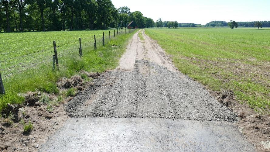 Endet im Gelände: Von der Straße Am Hortsberg an ist der Pehmertanger Weg in Richtung Thülsfelder Talsperre mehr Sandpiste als Radweg. Foto: Stix