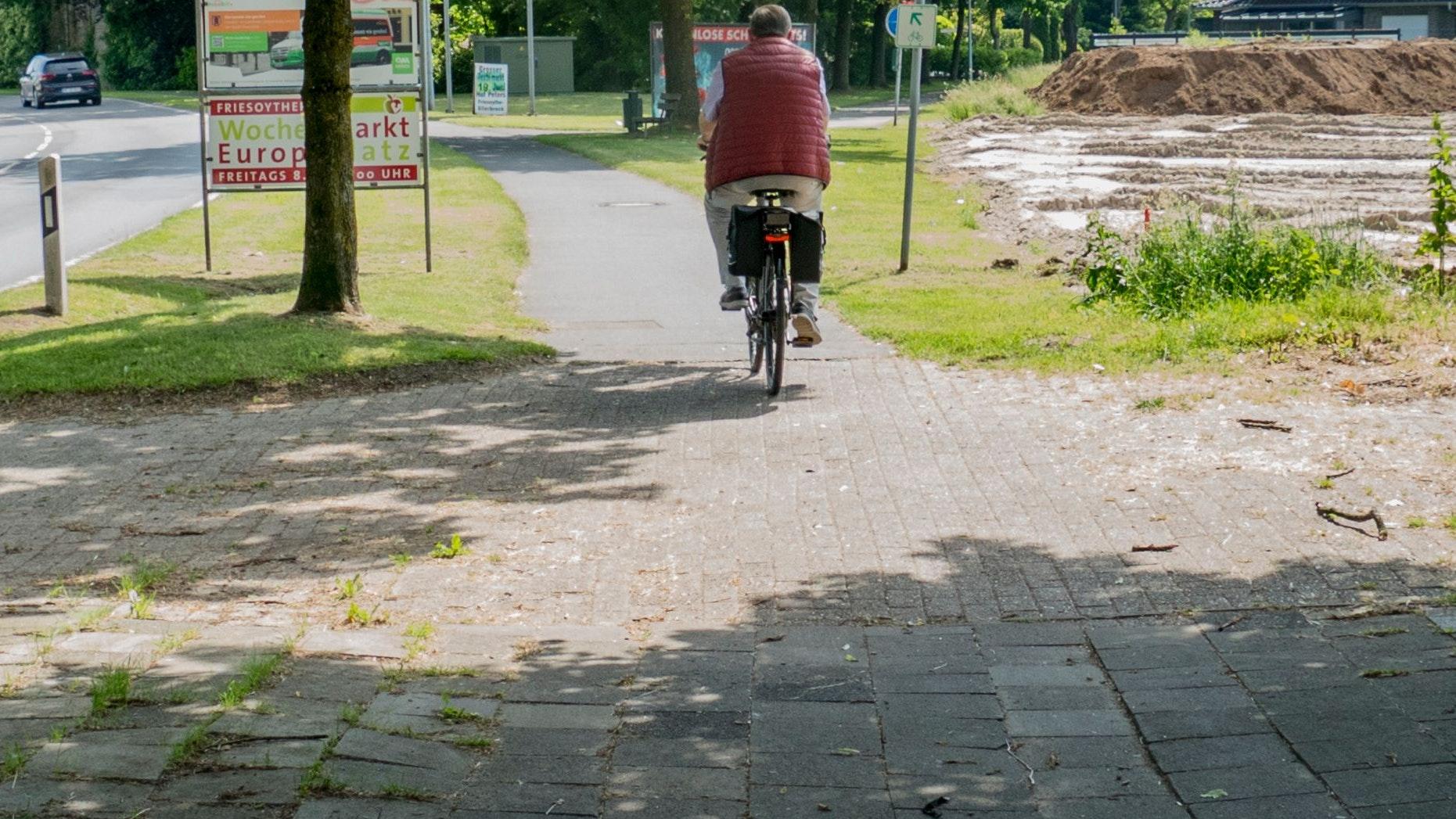 Sanierungsbedürftig: Wie viele andere ist auch der Rad- und Fußweg entlang der Straße Grüner Hof in schlechtem Zustand. Ein Radwegekonzept soll Abhilfe schaffen. Foto: Stix