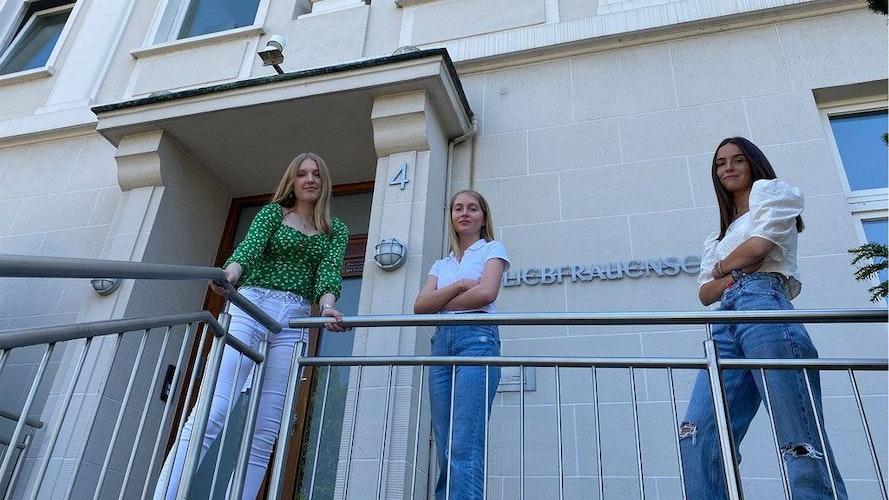 Wollen für den Standort der Liebfrauenschule mitten in Vechta kämpfen: (von links) Maira Kühling, Sophia Ostermann und Chiara Koch von der Schülerinnenvertretung. Foto: Freiwald