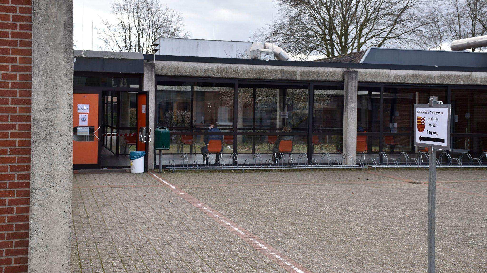 Eines der dezentralen Testzentren im Landkreis Vechta, das nun geschlossen wird: das Foyer der Sport- und Schwimmhalle der Geschwister-Scholl-Oberschule in Vechta. Foto: Scholz