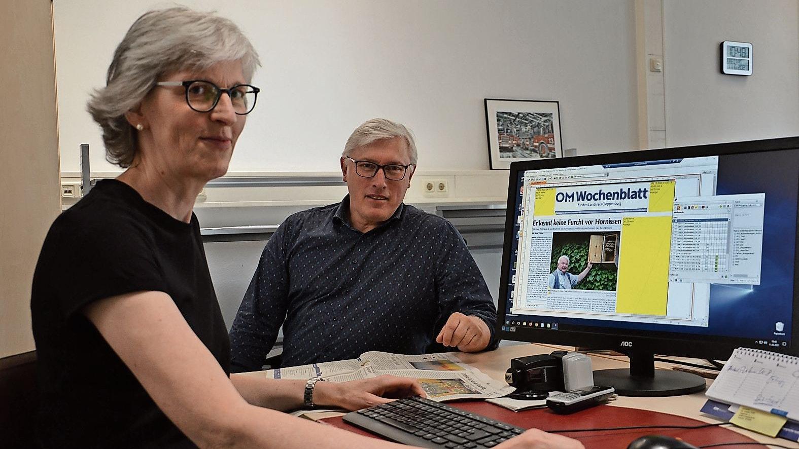 Erfolgreicher Start der OM-Wochenblätter: Teamleiter Bernd Götting und Elisabeth Wehring produzieren mit vier weiteren Kolleginnen und Kollegen wöchentlich die Zeitungen. Foto: Vorwerk