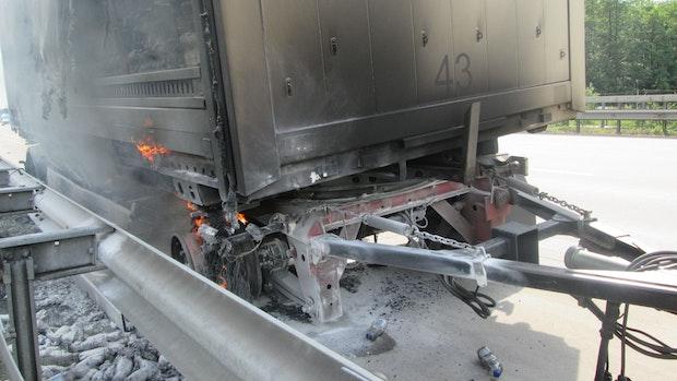 Lkw-Fahrer versucht brennenden Anhänger zu löschen