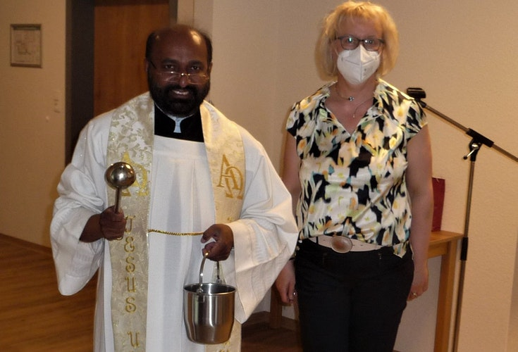 Begleitet von der Leiterin des Pflegedienstes, Mechthild Eilers, segnete Pater Lukas das neue Haus. Foto: Funke