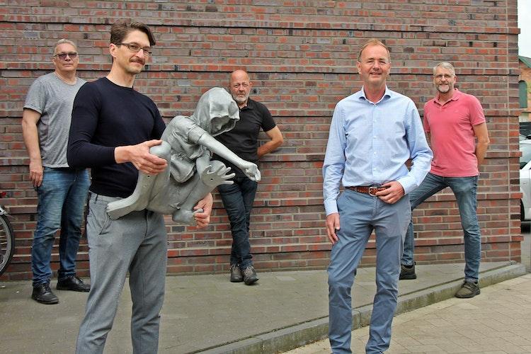 Stehen hinter dem Kunstprojekt: (von links) Matthias Stöver, Künstler Gregor Gaida, Norbert Enker, Eigentümer Dr. Jürgen Bosche sowie Dr. Lars Petersen. Foto: Oevermann