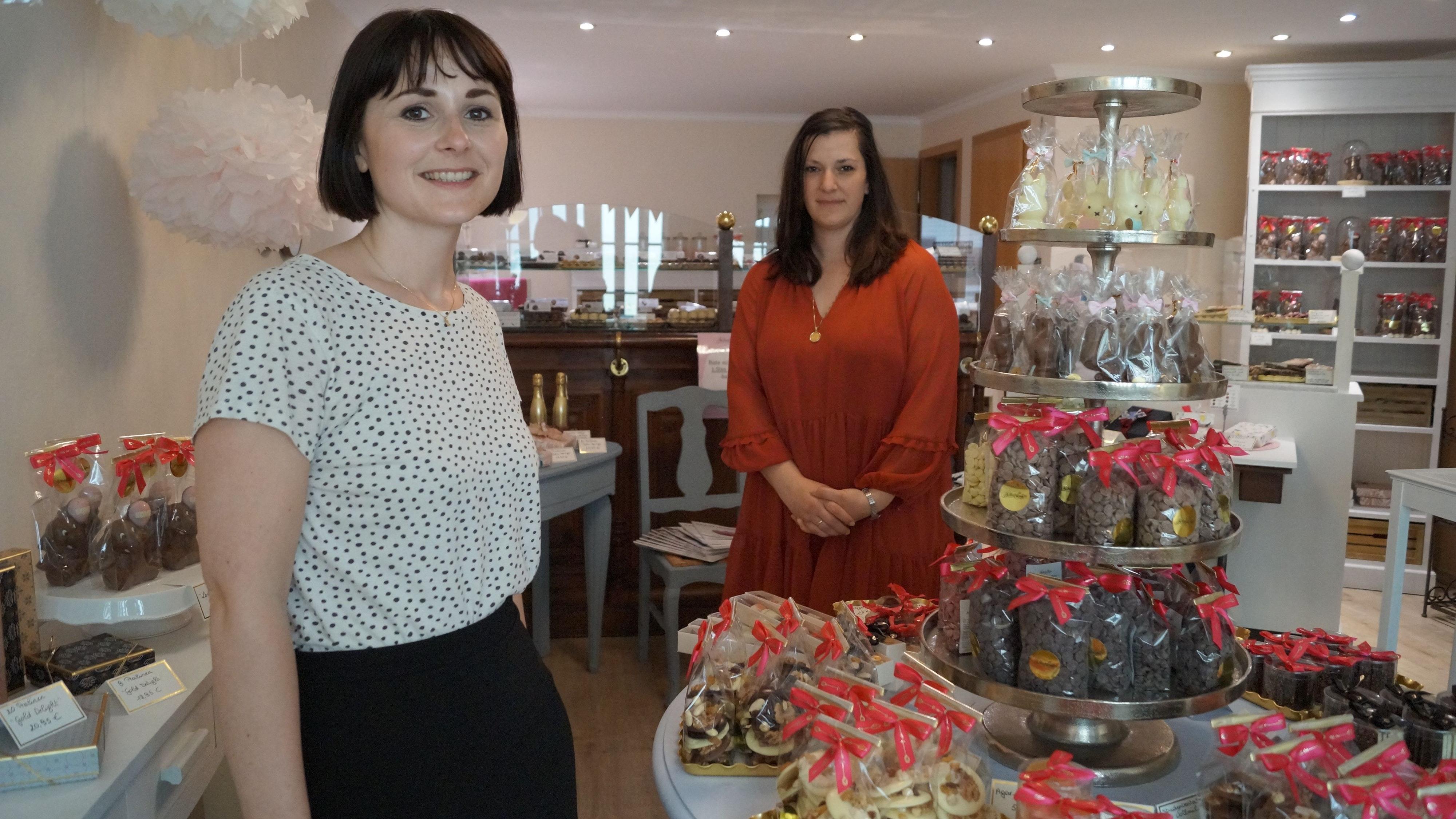 Klein, aber fein: Der Schoko-Laden in Visbek ist beliebt. Doch Charlotte Koschmitzky (links) und Cathleen Nuxoll wissen: Am Uhlenkamp kommen sie an ihre Kapazitätsgrenzen. Foto: C. Meyer
