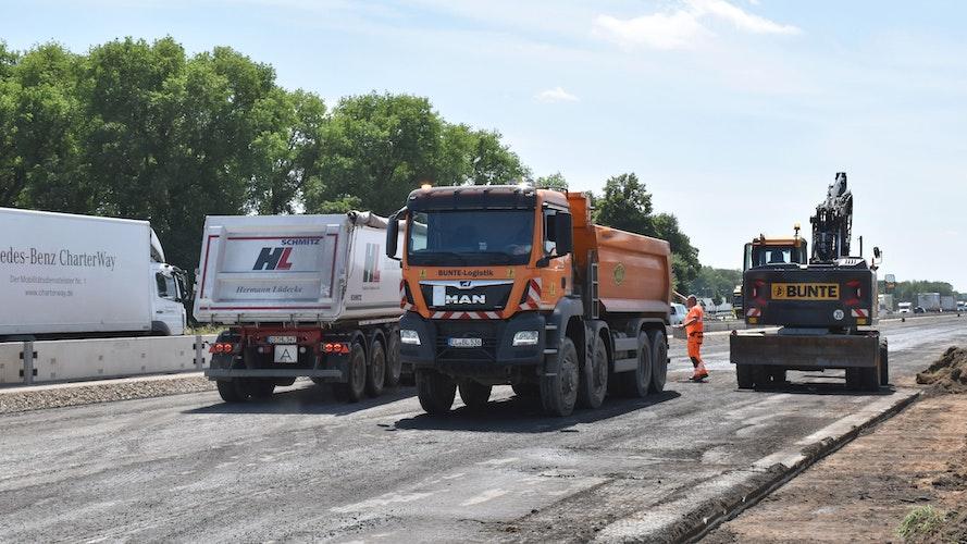 Bei Holdorf sind auf der Richtungsfahrbahn Osnabrück schon die ersten Asphaltschichten abgetragen worden. Foto: Berg