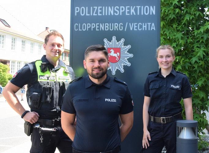 Jannick Poppe, Benjamin Henke und Neele Poelmann (von links) aus der Dienststelle Cloppenburg gehören zu dem 16-köpfigen Social-Media-Team. Foto: Hahn