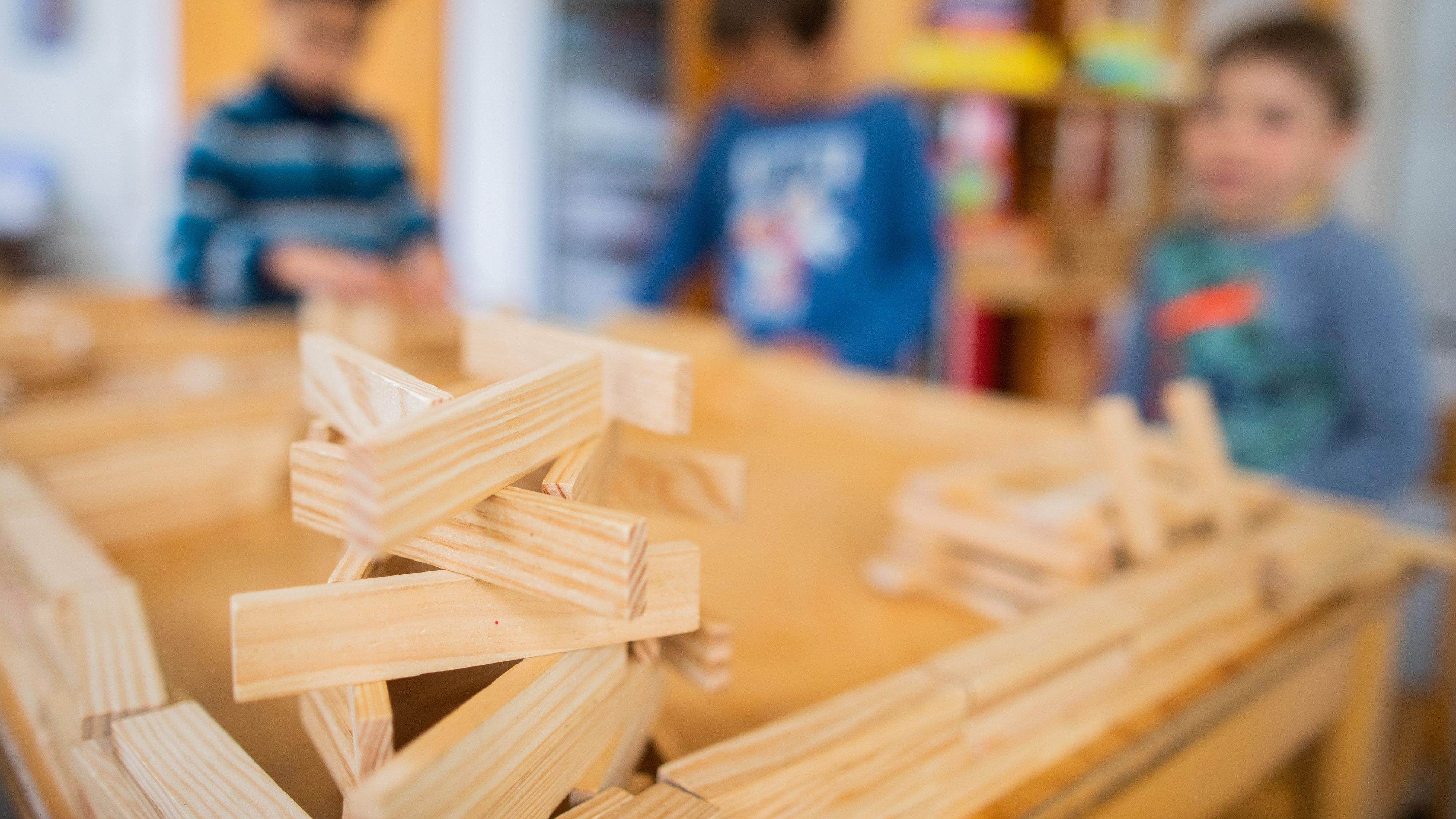 Im Zweifel wird angebaut: In Visbek gibt es nach Angaben der Verwaltung derzeit genug Betreuungsplätze für Kinder. Falls es eng werden sollte, können die beiden neuen Kindergärten erweitert werden. Foto: dpa/Vennenbernd